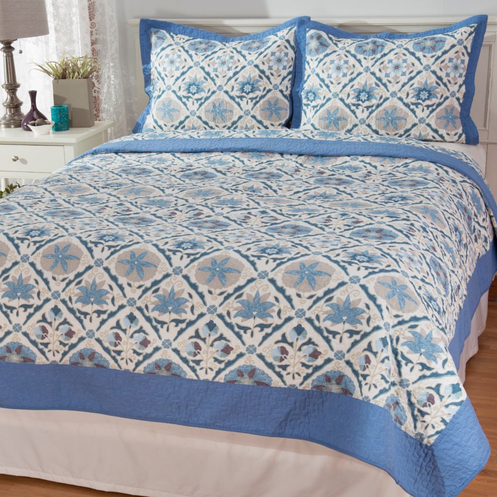 444-334 - Cozelle® Cotton/Poly Blend Patchwork Floral & Solid Reversible Three-Piece Quilt Set