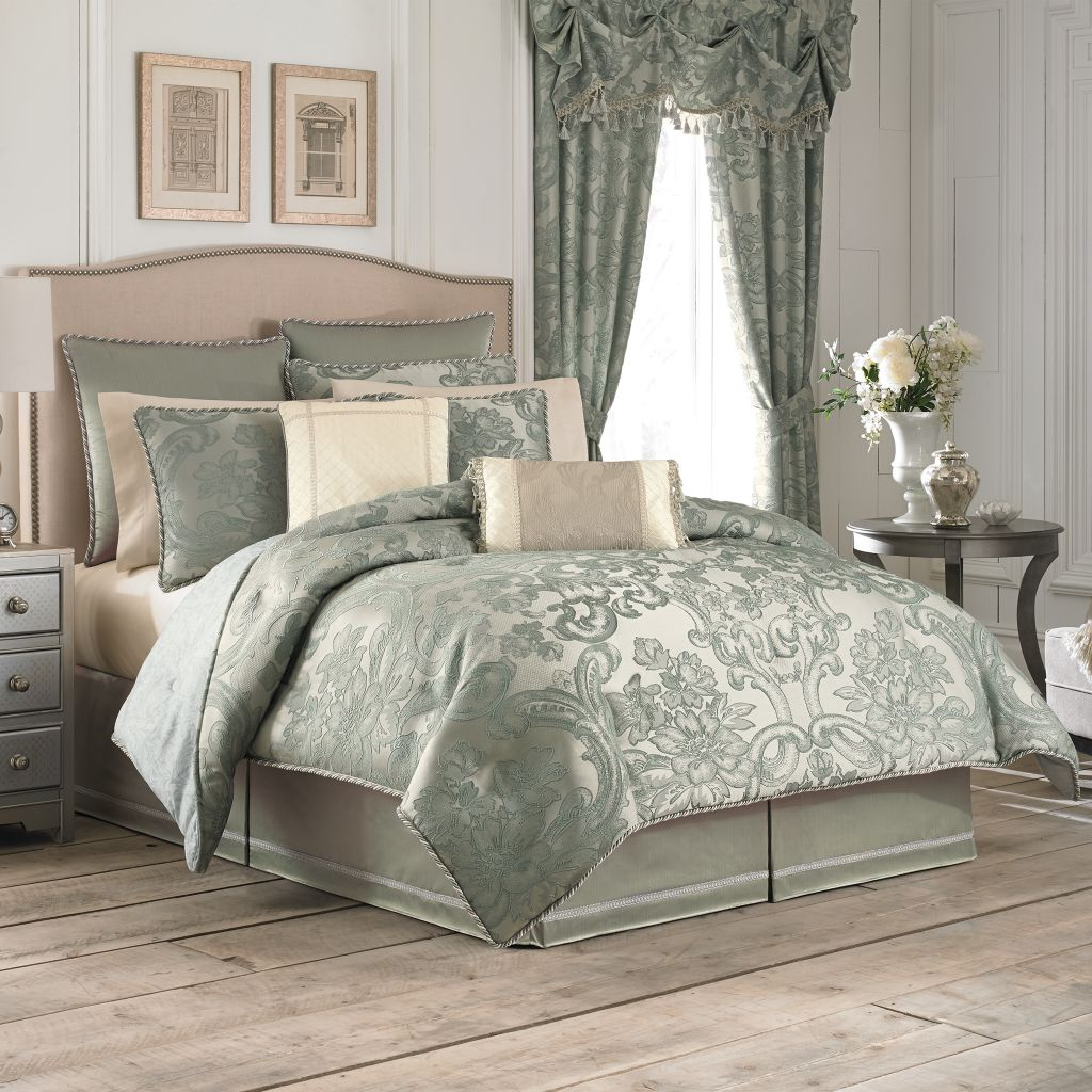 449-172 - Croscill Baroque-style Scroll Four-Piece Comforter Set
